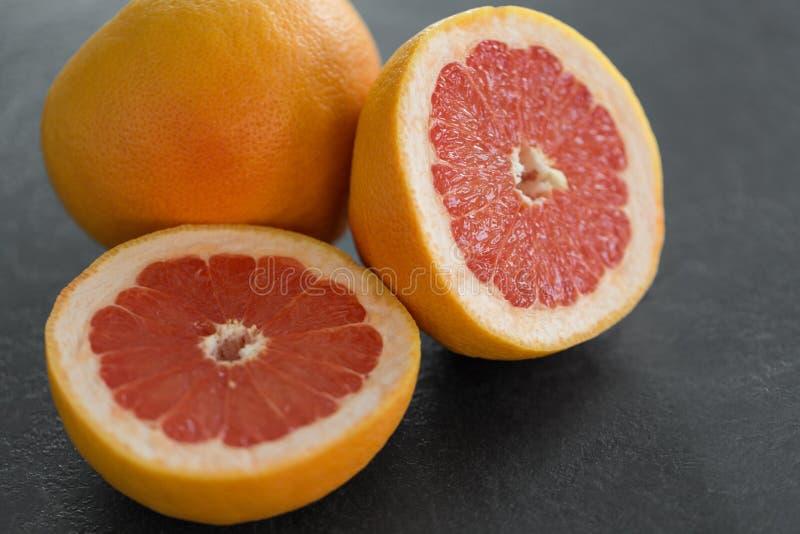 Закройте вверх свежих сочных грейпфрутов стоковая фотография
