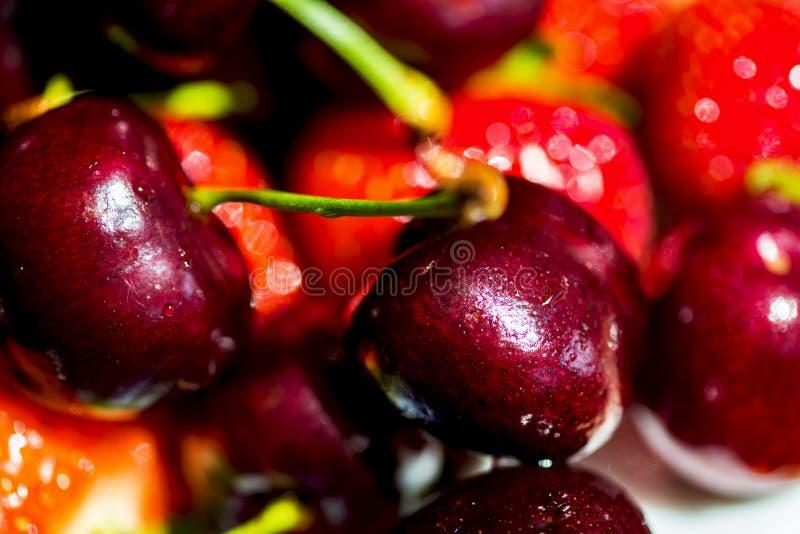 Закройте вверх свежих ягод вишни с падениями воды стоковое изображение rf