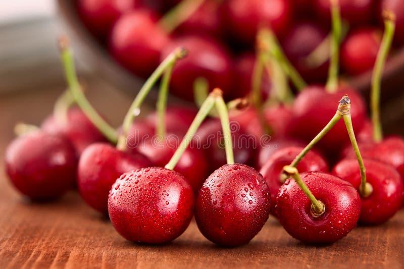 Закройте вверх свежих ягод вишни с падениями воды стоковая фотография rf