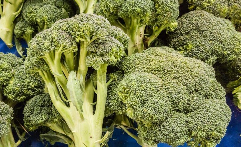 Закройте вверх свежих broccolies на счетчике в типичном турецком базаре greengrocery в Eskisehir, Турции стоковое фото rf