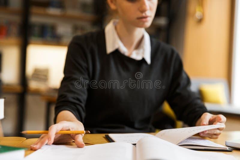 Закройте вверх сконцентрированный изучать девочка-подростка стоковая фотография rf