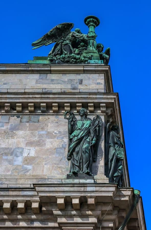 Закройте вверх скульптур на Святом Isaac& x27; собор s в Санкт-Петербурге, России стоковые фото