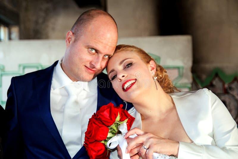 Закройте вверх славной молодой пары свадьбы стоковое изображение rf