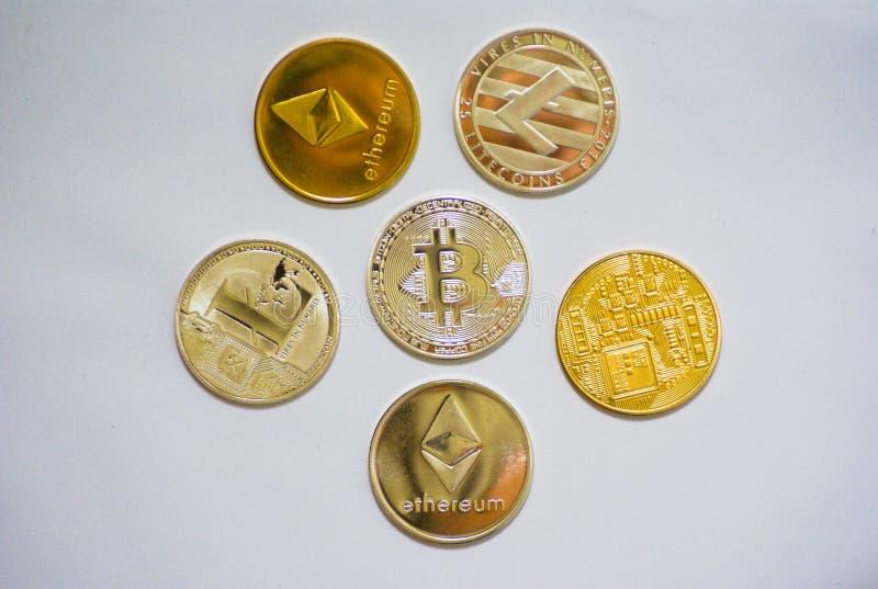 Закройте вверх собрания монеток серебра и золота секретных стоковые изображения