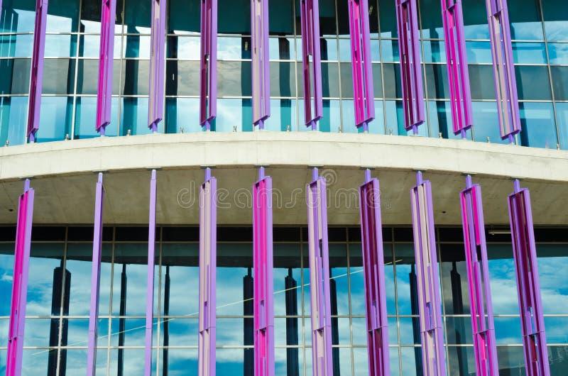 Закройте вверх современной стены здания Архитектурноакустическая предпосылка текстуры Конкретный и стеклянный дом стоковые фотографии rf