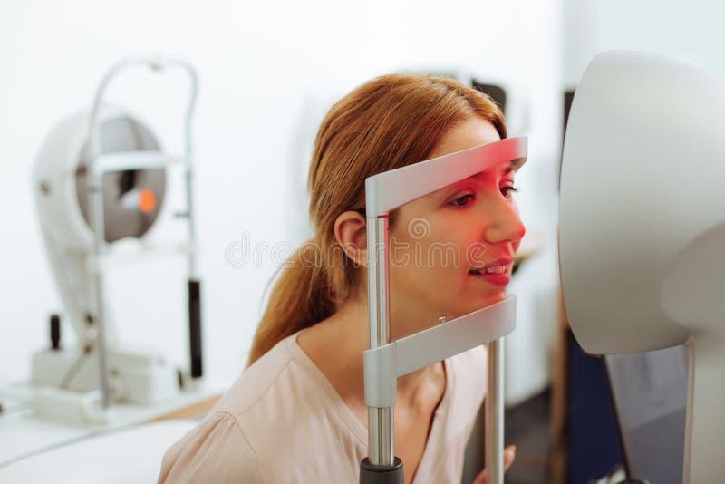 Закройте вверх специалиста по глаза женщины посещая в выходные дни стоковое фото