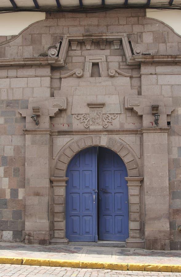 Закройте вверх старого фасада католической церкви в Cuzco Перу стоковое фото rf
