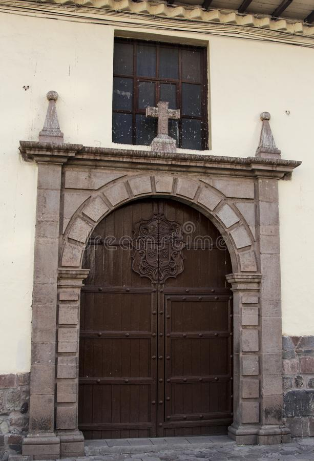 Закройте вверх старого фасада католической церкви в Cuzco Перу стоковое изображение