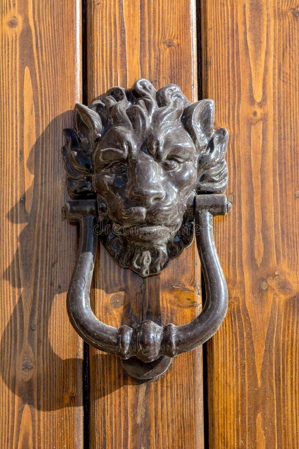 Закройте вверх старой колотушки с формой льва на деревянном Doo стоковые изображения rf