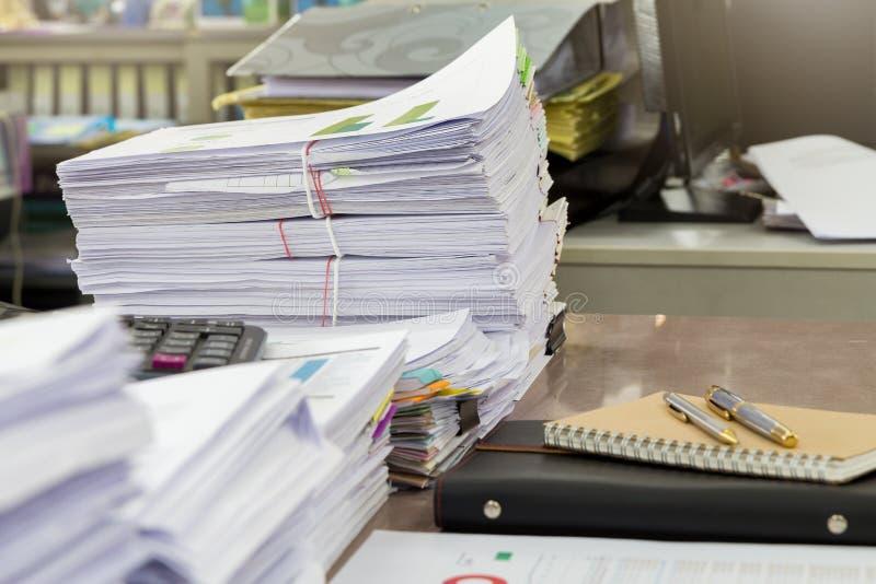 Закройте вверх стога деловых документов на столе, стоге бумаг отчета стоковые фотографии rf