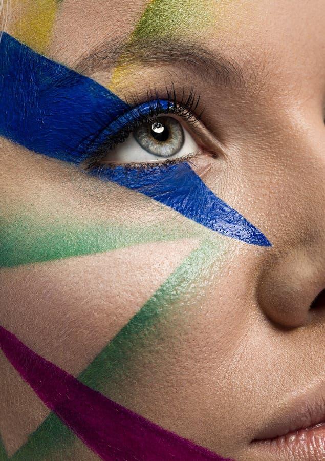 Закройте вверх стороны женщины с multicolor составом стоковая фотография rf