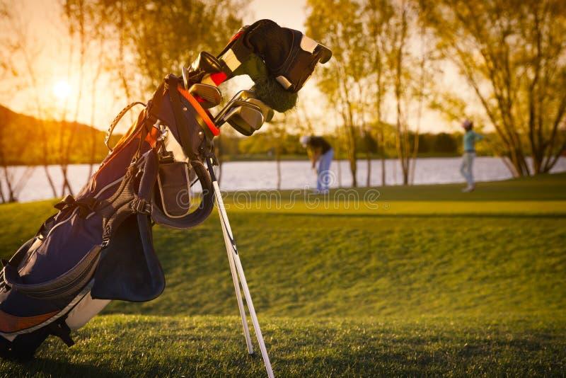 Закройте вверх сумки гольфа во время захода солнца стоковые фото
