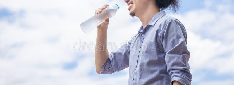 Закройте вверх счастливой питьевой воды человека стоковое изображение rf