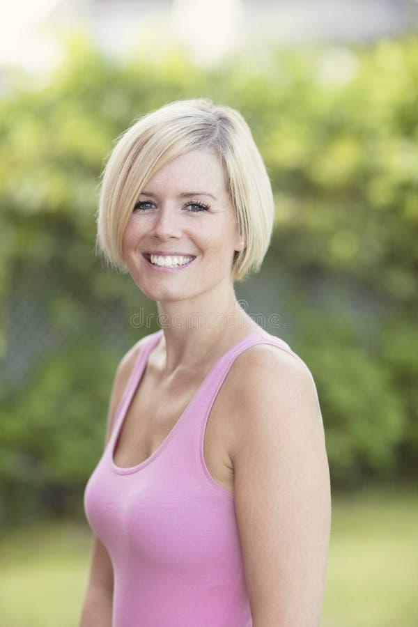Закройте вверх счастливый белокурый усмехаться женщины стоковое изображение rf
