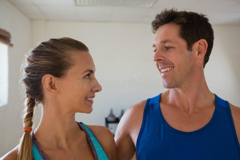 Закройте вверх счастливых спортсменов смотря один другого стоковые фотографии rf