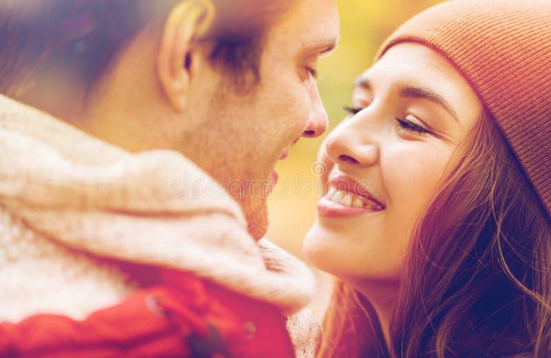 Закройте вверх счастливых молодых пар целуя outdoors стоковая фотография