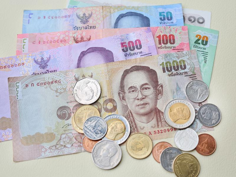 Закройте вверх тайских банкнот и монеток денег для предпосылки стоковые фотографии rf
