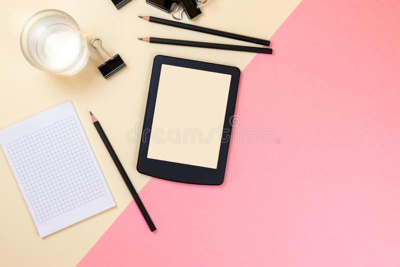 Закройте вверх творческого рабочего стола офиса с пустыми поставками планшета и другими деталями с космосом экземпляра r стоковые фото