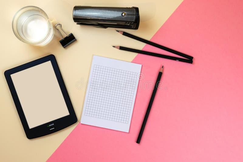Закройте вверх творческого рабочего стола офиса с пустыми поставками планшета и другими деталями с космосом экземпляра r стоковые изображения rf