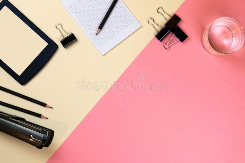 Закройте вверх творческого рабочего стола офиса с пустыми поставками планшета и другими деталями с космосом экземпляра r стоковое фото