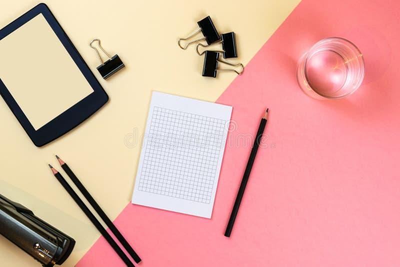 Закройте вверх творческого рабочего стола офиса с пустыми поставками планшета и другими деталями с космосом экземпляра r стоковое изображение