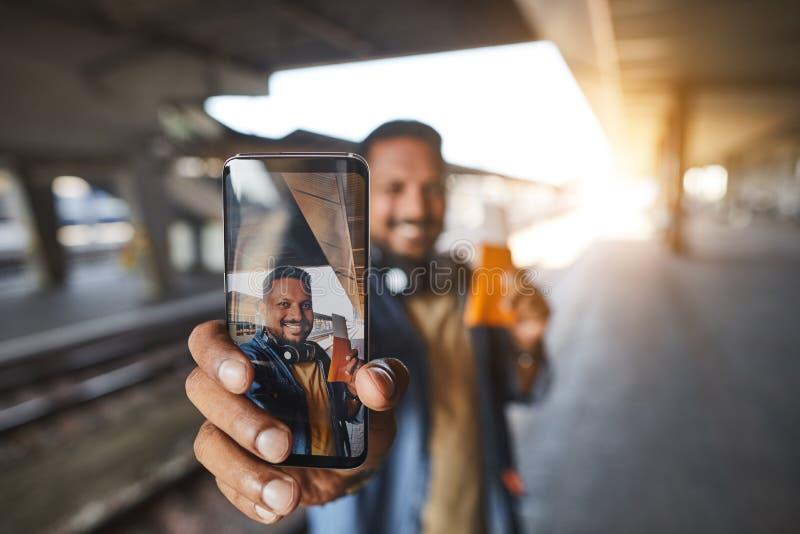 Закройте вверх телефона делая фото человека стоковые фото