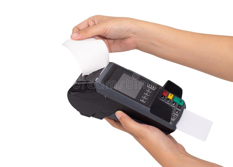 Закройте вверх торговой бумаги получения разделения руки от машины удара кредитной карточки на этап терминала продажи, пути клипп стоковые фотографии rf