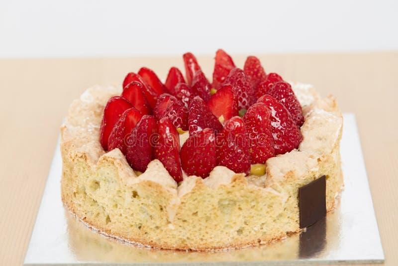 Закройте вверх торта клубники для продажи стоковые изображения rf