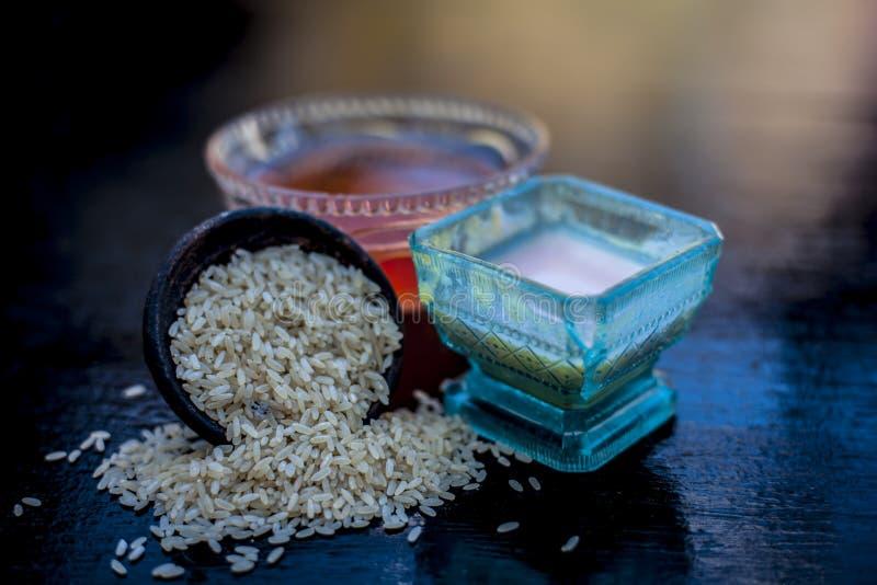 Закройте вверх травяного пакета стороны муки риса с касторовым маслом и поднял водой используемой прыщи для уменьшения или очищат стоковое фото
