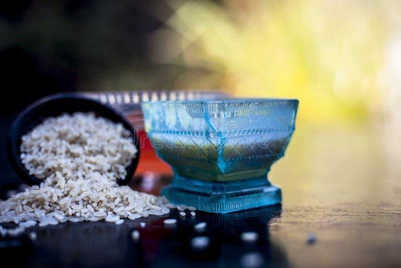 Закройте вверх травяного пакета стороны муки риса с касторовым маслом и поднял водой используемой прыщи для уменьшения или очищат стоковое фото rf