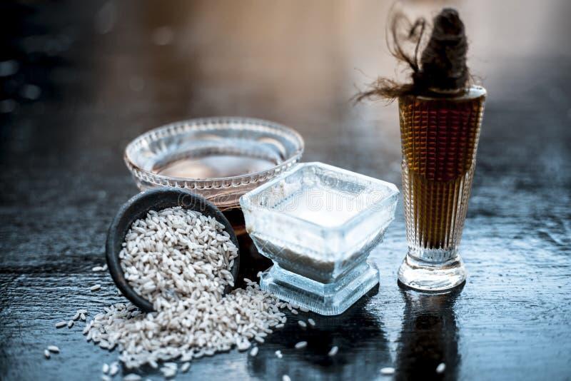 Закройте вверх травяного пакета стороны муки риса с касторовым маслом и поднял водой используемой прыщи для уменьшения или очищат стоковые фотографии rf