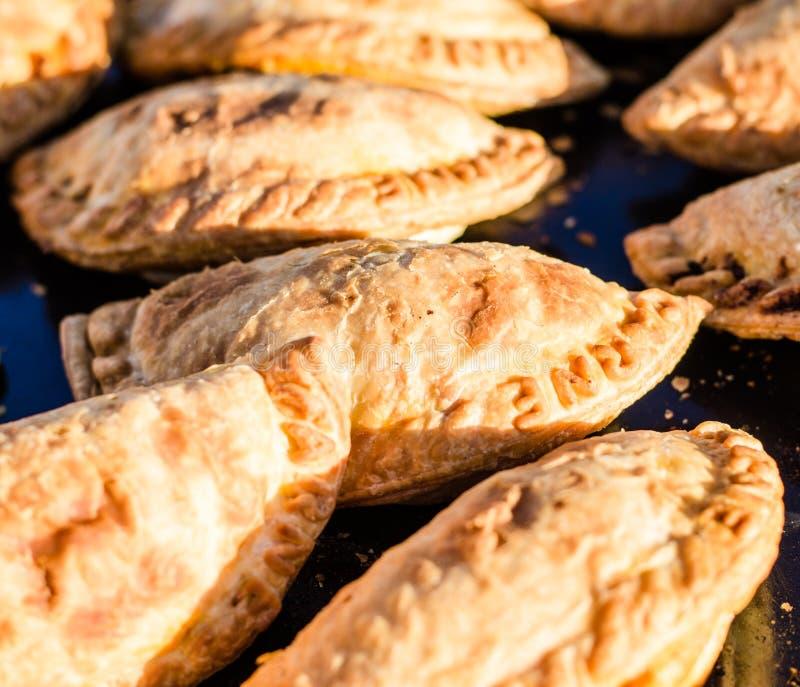 Закройте вверх традиционных empanadas на продовольственном рынке улицы стоковые изображения
