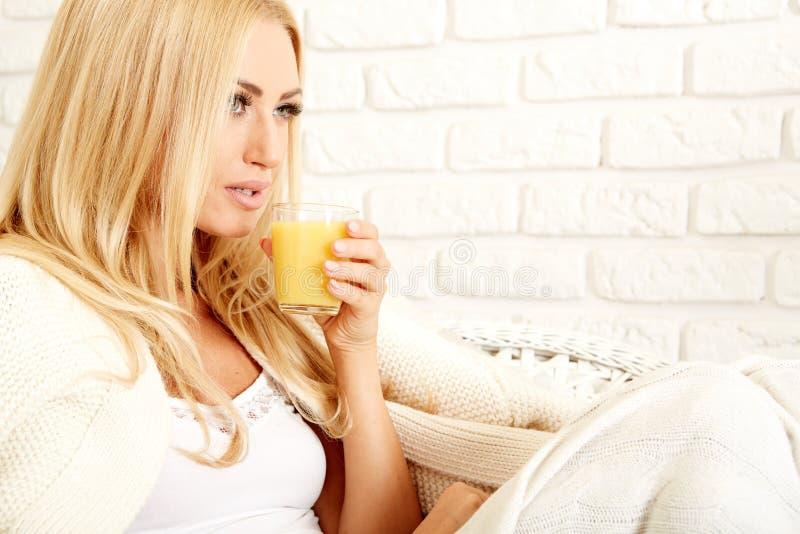 Закройте вверх усмехаясь женщины с апельсиновым соком стоковое фото rf