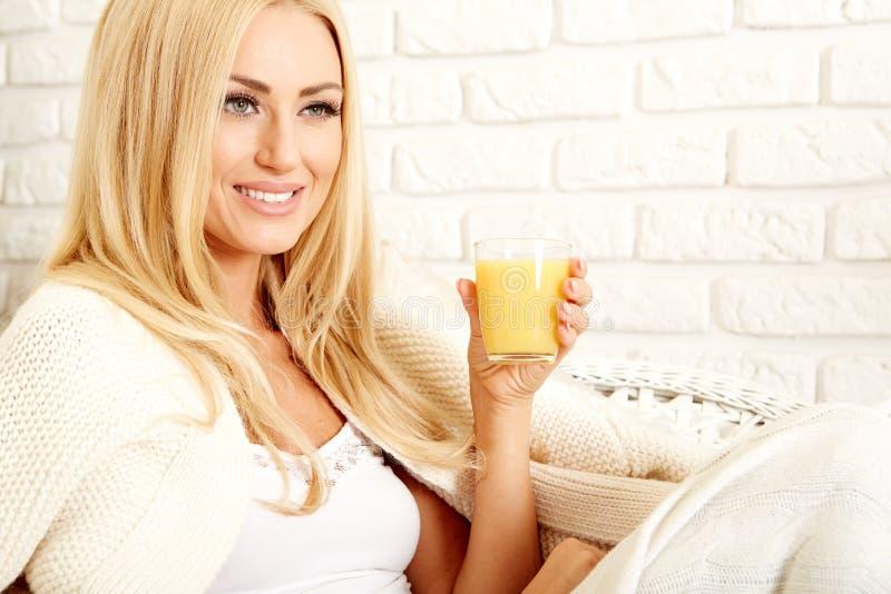 Закройте вверх усмехаясь женщины с апельсиновым соком стоковые изображения rf