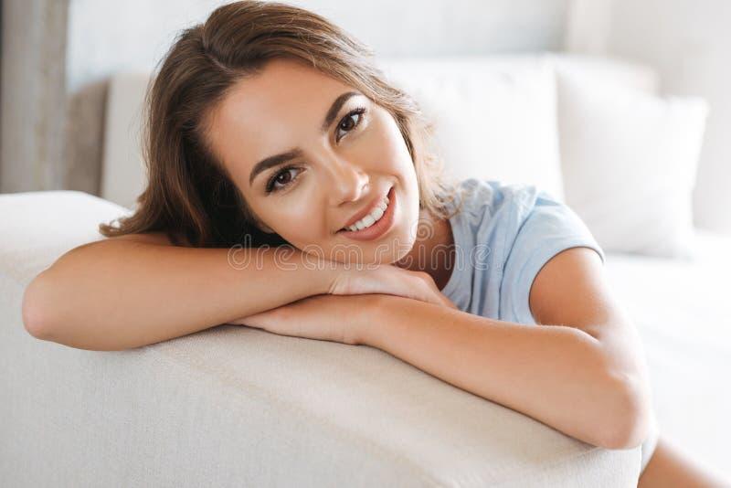 Закройте вверх усмехаясь молодой женщины ослабляя стоковое фото rf