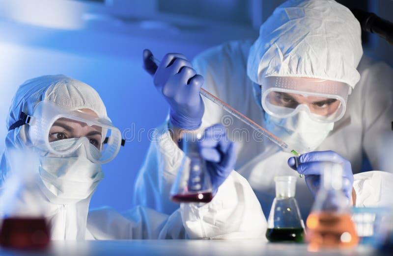 Закройте вверх ученых делая испытание в лаборатории стоковые изображения rf