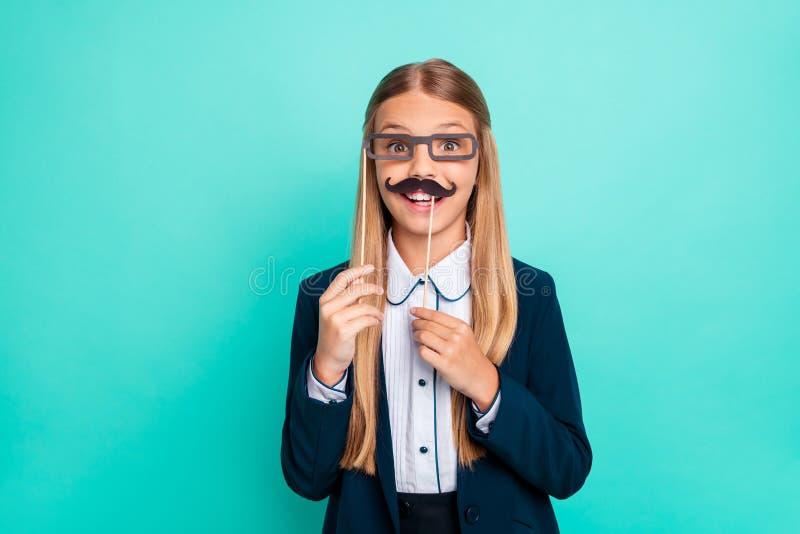 Закройте вверх фото красивое она ее меньший усик eyeglasses дамы в стиле фанк поддельный бумажный как мальчик он он партия 1-ое с стоковые фото