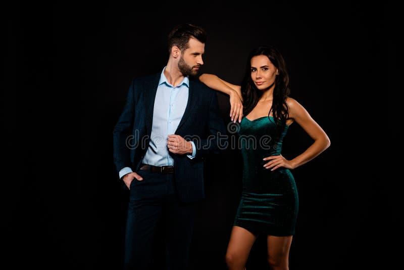 Закройте вверх фото красивое она ее первоклассная шикарная жена дамы он он его супруг представляя фотографирующ хорошо одетый ноч стоковые фотографии rf