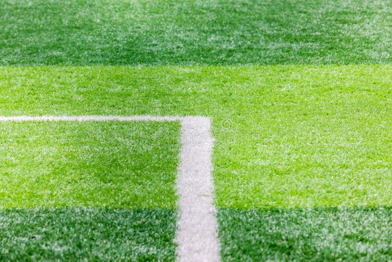 Закройте вверх футбольного поля с линией и травой, концепцией спорта и игры стоковое изображение