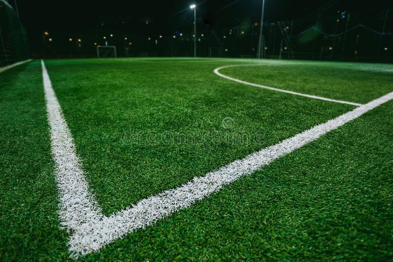 Закройте вверх футбола или футбольного поля на ноче стоковое фото rf