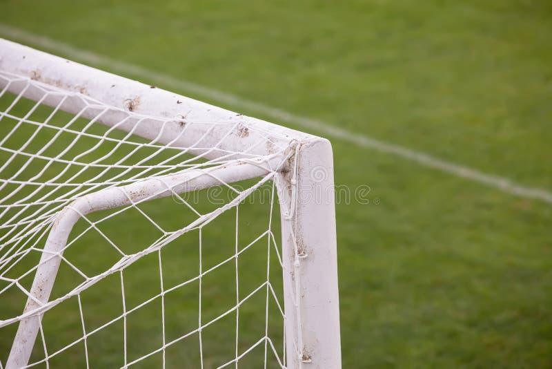 Закройте вверх цели футбола футбола с футбольным полем стоковая фотография