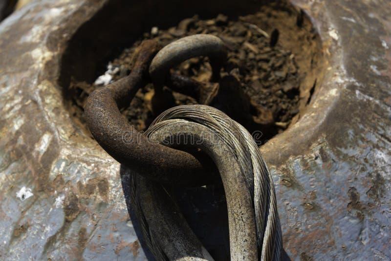 Закройте вверх цепи колокола анкера на причале стоковая фотография