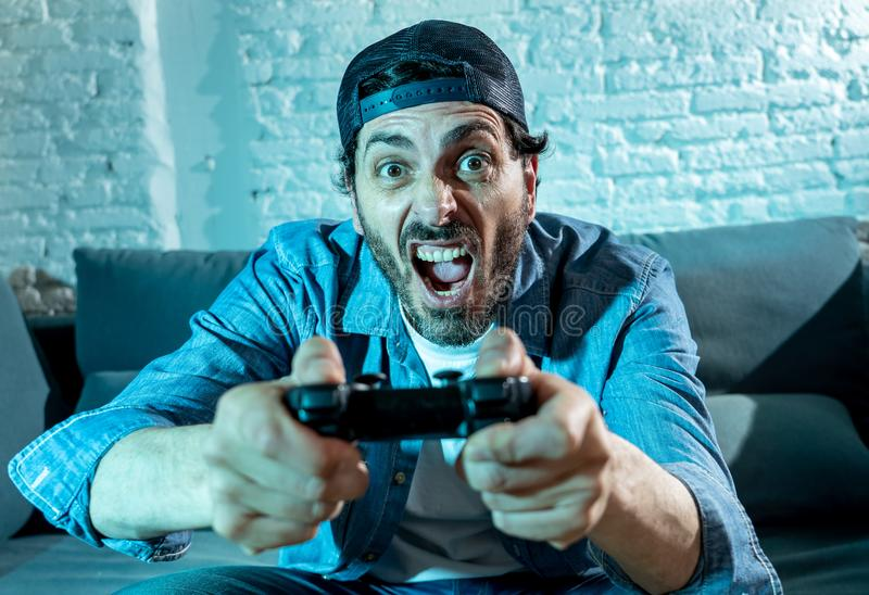 Закройте вверх человека видео- gamer болвана пристрастившийся стоковые изображения rf