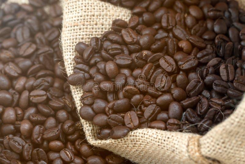 Закройте вверх черного кофейного зерна в мешковине стоковые фотографии rf