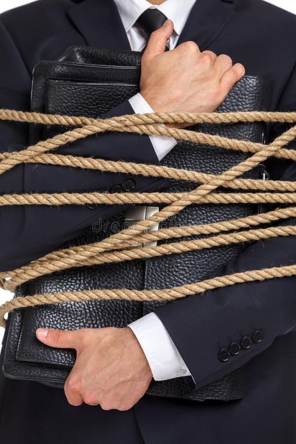 Закройте вверх человека вручая портфель связанный с веревочкой стоковая фотография rf