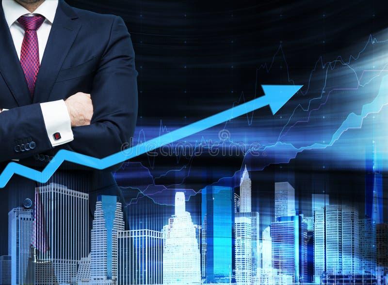 Закройте вверх человека с пересеченными руками Растущая стрелка как концепция успеха Городской пейзаж Hologram на вид спереди стоковые фотографии rf
