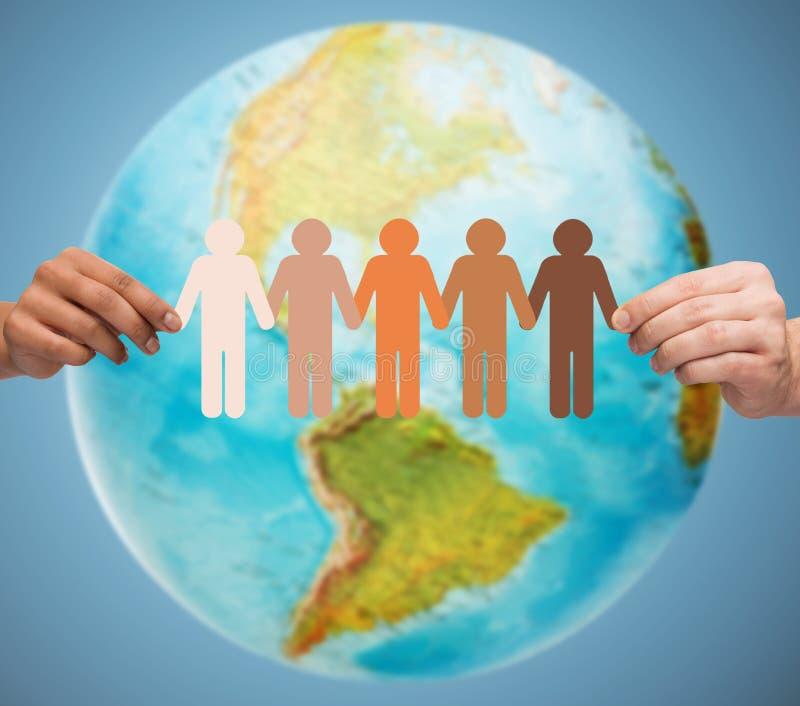 Закройте вверх человеческих рук с глобусом земли иллюстрация штока