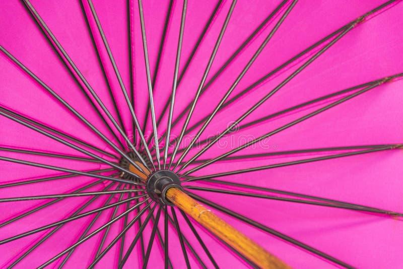 Закройте вверх яркого розового красивого зонтика стоковые изображения