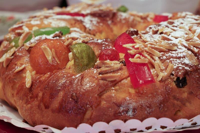 Закройте вверх bolo-rei, традиционного португальского торта в рождестве, показывая различные высушенные и выкристаллизовыванные п стоковое фото rf