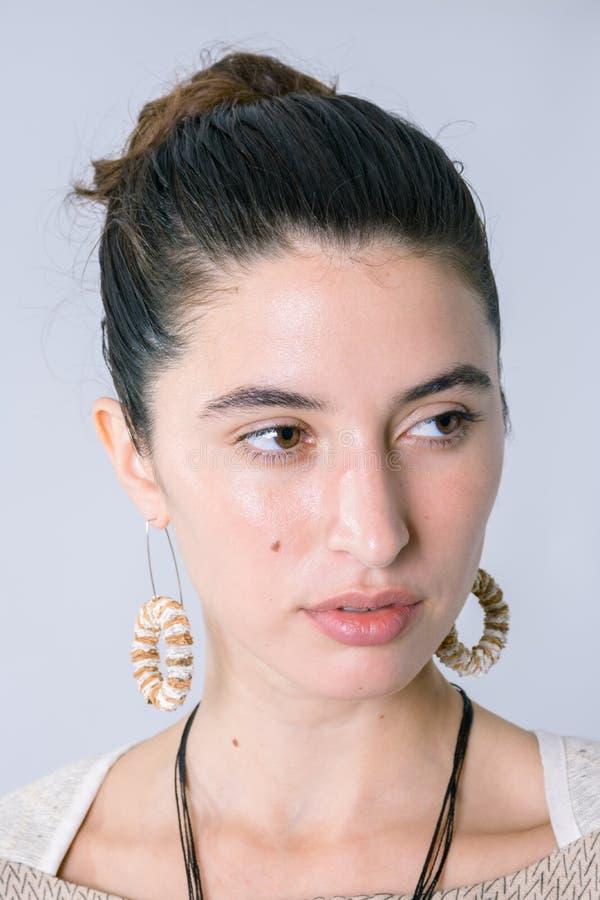 Закройте вверх eautiful портрета женщины с округленными ожерельем и серьгами стоковая фотография rf